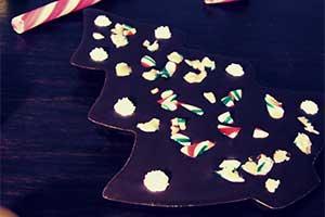 kerst-boompje van pure chocolade met decoratie