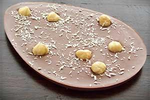 Paasei van melkchocolade met noten