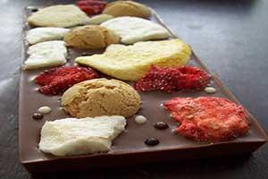 Chocoladereep van melkchocolade met fruit